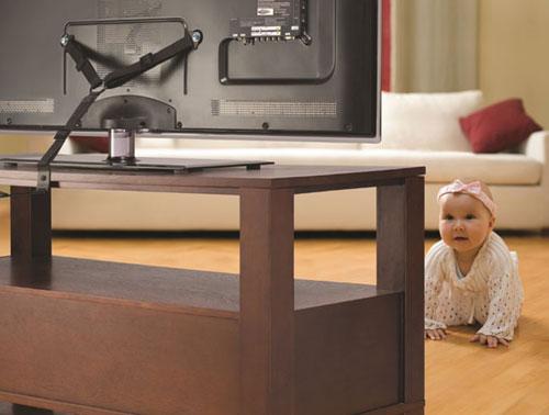 Как установить телевизор, чтобы его не столкнул ребенок